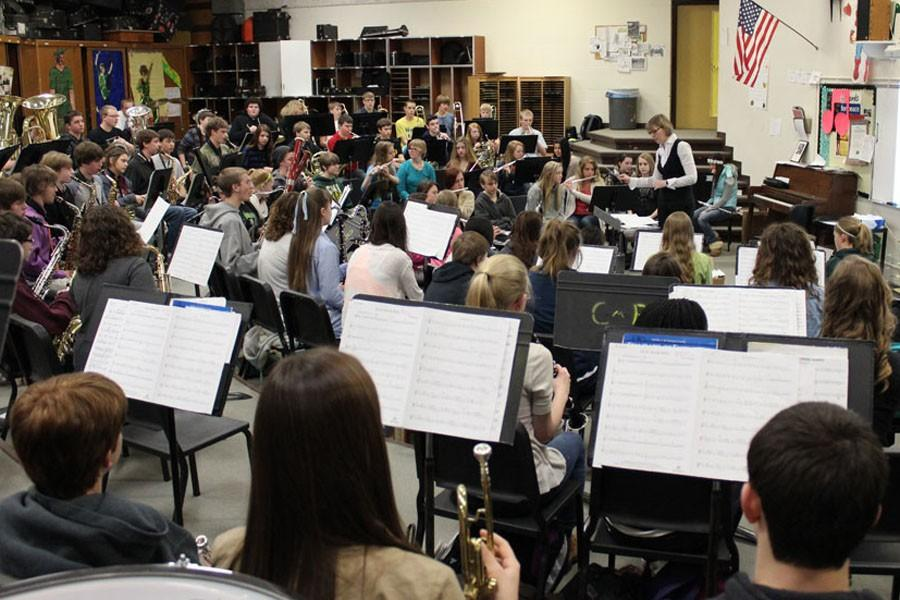 NORTH MIDDLE SCHOOL PRACTICES WITH SYMPHONIC BAND